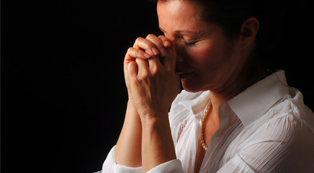istockphoto-prayingwoman-papabear